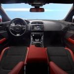 Indvendig er Jaguar XE britisk på den underspillede måde. Det lidt kantede og nøgterne instrumentpanel leder tankerne hen på søstermærket Land Rover.