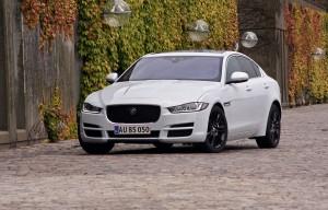 Jaguar tilbyder britisk upperclass til lavpris: Lige nu kan du spare 86.000 kr. på sportssedanen XE.