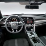 Civic-kabinen er stadig futuristisk med digital instrumentering og trykfølsom skærm, men der er skruet lidt ned for Star Wars-atmosfæren.