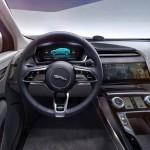 Skærme er integreret flere steder i I-Pace kabinen. Bemærk startknappen i bunden af rattet.