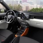 Stemningen er rustik og opløftet i Ignis-kabinen. Den store skærm følger med fra mellemste udstyrstrin.
