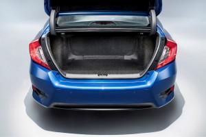 Bagklap i bøjler og grov filt i bagagerummet: Man kan sagtens se, at Civic sedan især er udviklet til amerikanerne.