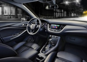Mens søsterbilen Peugeot 3008 disker op med fuld, digital instrumentering, er førerpladsen i Crossland X helt konventionel og klassisk Opel.