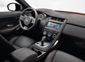 Med E-Pace retter Jaguar tilsyneladende ind efter kritikken af deres lidt kedelige kabiner. Formsproget er nyt og organisk og de runde ringe om instrumenter og greb skal lede tankerne hen på dyre kameraer.