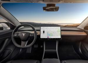 Både inde og ude lægger den produktionsklare Model 3 sig tæt op af den prototype, der blev vist for et år siden. Alt styres ved hjælp af to knapper på rattet og den 15-tommer store skærm.