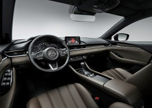 Der bliver ryddet grundigt op i kabinen i 2018-udgaven af Mazda 6. Hele instrumentpanelet er nyt og skal give mere 'premium-fornemmelse'.