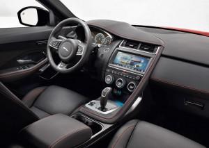 En 10-tommer bred skærm er standard i Jaguar E-Pace. Kørestillingen er god og sportslig, men benpladsen til både for- og bagsædepassagerer er til den afmålte side. Til gengæld tåler finishen endelig sammenligning med de bedste tyske mærkers.