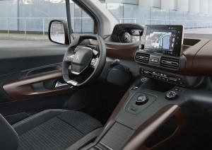 Peugeot i-cockpit med instrumenter hævet over det lille rat og trykfølsom skærm i midterkonsollen gør Rifter til noget særligt i klassen for rustikke familiecontainere.