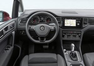 En større, trykfølsom skærm i glas er blandt de store forbedringer i kabinen i den faceliftede Golf Sportsvan.