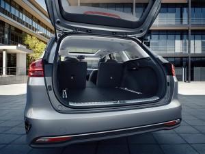 Større udhæng bagtil øger bagagerummet med 72 liter til hele 600 liter i Ceed SW. 40:20:40 splitbagsæde bliver standard.