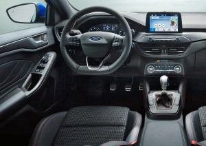 Som i den mindre Fiesta 'svæver' infotainment-skærmen øverst på midterkonsollen i Focus.