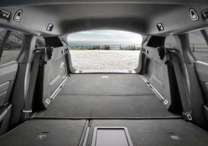 Lav læssekant og næsten fladt gulv med nedfældede bagsæder i 508 SW's bagagerum.