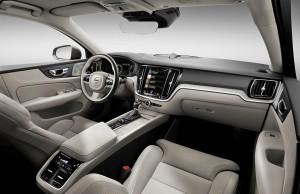 Kabinen er, som vi kender det fra de nye Volvo-modeller: Meget lækker og skandinavisk i sit udtryk. En stor del af betjeningen foregår via den trykfølsomme skærm i midterkonsollen.