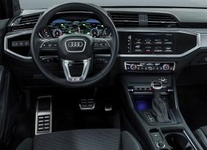 Digitale instrumenter bliver standard i Q3, men den trykfølsomme skærm i midten koster ekstra og kommer i to udgaver. Finishen skal lægge luft til søsterbilen VW Tiguan.
